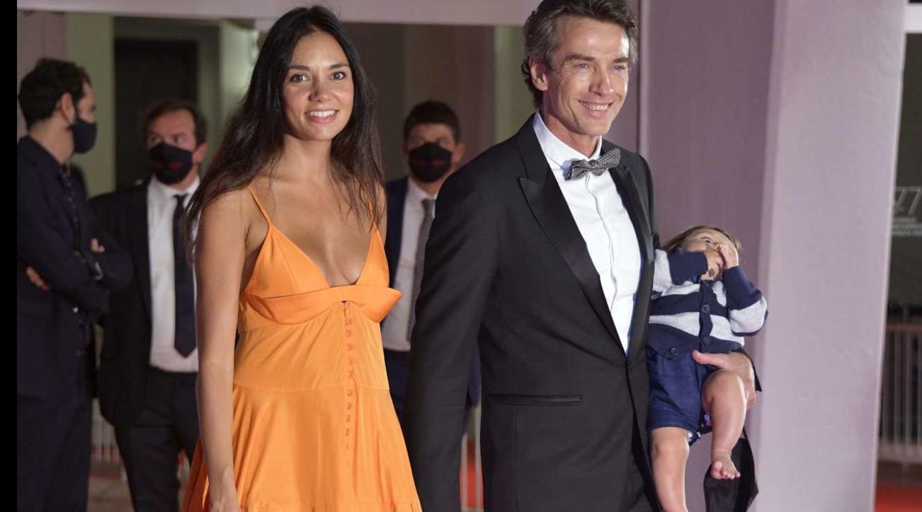Alessio Boni sul red carpet con il figlio in braccio