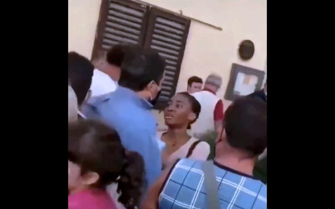 Salvini a Pontassieve: una 20enne gli strappa camicia e rosario