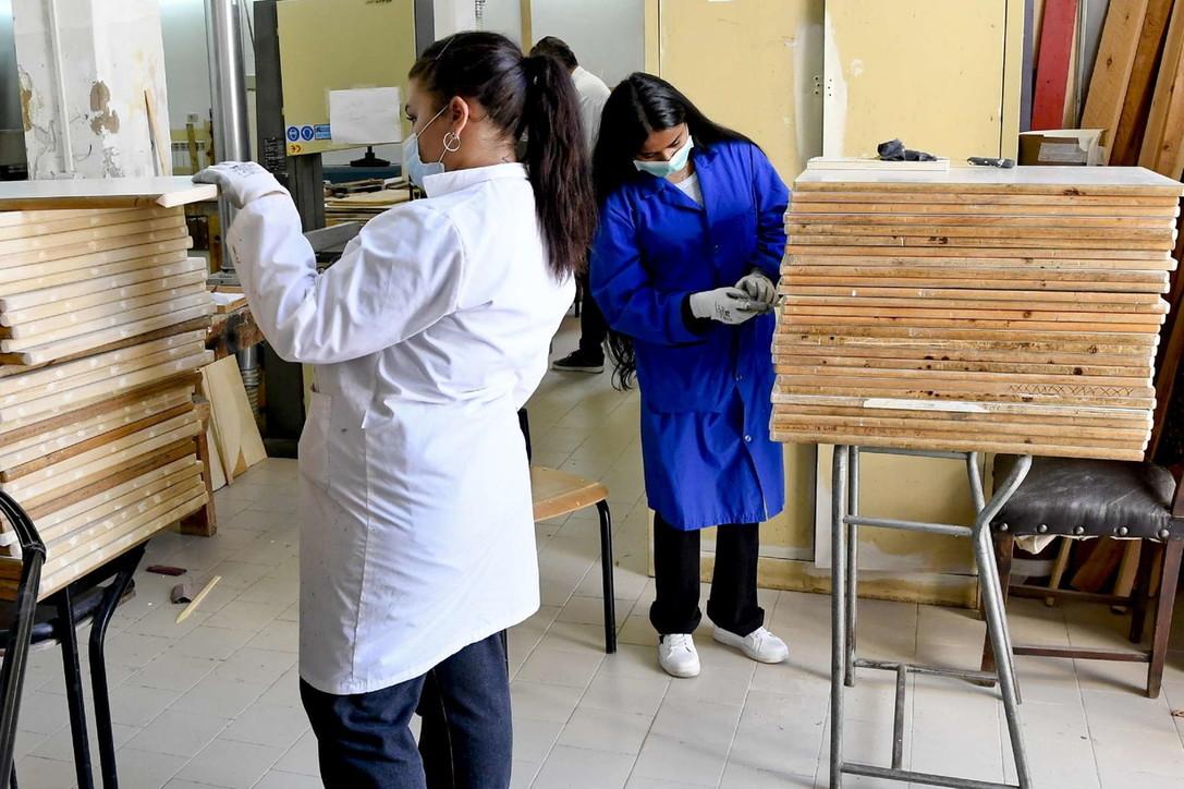 Coronavirus, a Napoli prof e studenti costruiscono i banchi monoposto