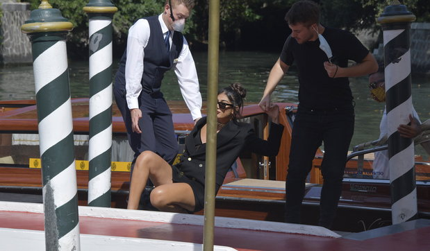 La youtuber Elisa Mainofa la diva a Venezia... ma cade dalla barca!
