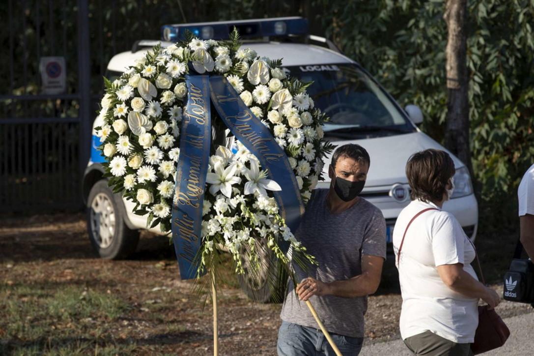 Omicidio Colleferro, i funerali di Willy: fiume di magliette bianche