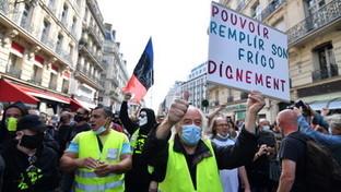 Parigi, scontri trai gilet gialli e la polizia: lancio di lacrimogeni