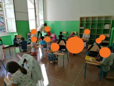 Genova, bimbi senza banchi in ginocchio immortalati in foto | Il governatore della Liguria Toti: inaccettabile