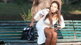 Madalina Ghenea al parco, guarda come seduce sulla panchina