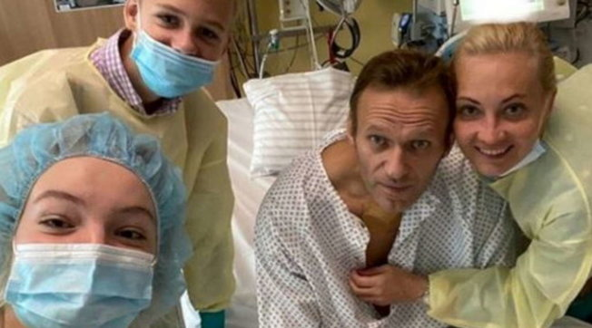 """Navalny, prima foto dall'ospedale: """"Respiro da solo e mi mancate"""""""