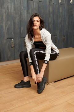Moda, workout e dailywear: la capsule collection Calzedonia con Superga