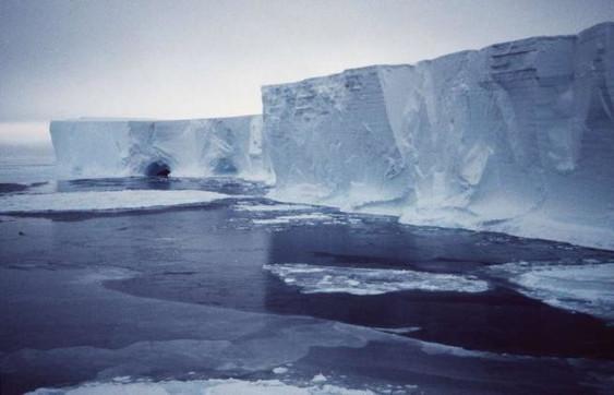 Antartide, nuovo disastro del surriscaldamento globale: due grossi ghiacciai si stanno fratturando