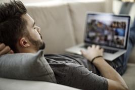 Anche gli italiani spendono di più per l'intrattenimento digitale