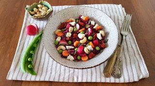 Insalata con frutta secca, feta, piselli freschi e vinaigrette all'aceto di mele