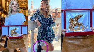 Leone d'Oro a Chiara Ferragni: lei però poggia il piede sul monumento e innesca la polemica