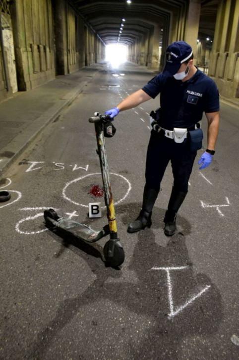 Milano, sbanda col monopattino elettrico e si schianta su auto: è grave