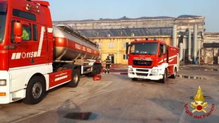 Ancona, continuano i lavori al porto per tenere sotto controllo i piccoli focolai