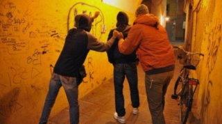 """Bologna, violenze e pestaggi: presa la gang pakistana degli """"Ak 47"""""""