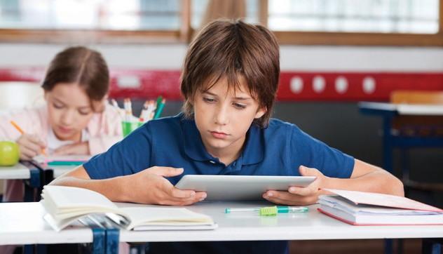 Tecnologia a scuola, non mancano solo i tablet: allo Scientifico uno studente su 6 fa ancora i conti a mano