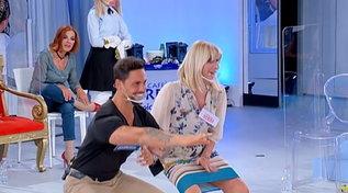 """Gemma prende lezioni di squat da Facundo eTina la punzecchia: """"Alzati la gonna"""""""