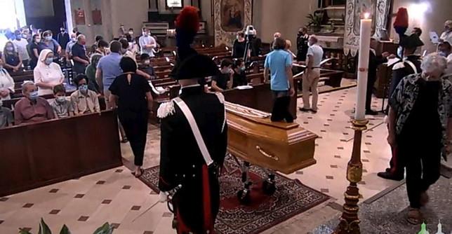 Valtellina: in centinaia al funerale di don Roberto, il prete degli ultimi