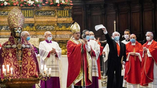 Napoli, il sangue di San Gennaro si scioglie nell'ampolla: pochi fedeli in cattedrale