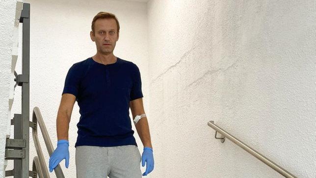 """Alexei Navalny pubblica una foto in piedi: """"Guarigione non vicina"""""""
