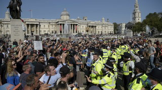 Boom di contagi in Gran Bretagna: 4.400 in 24 ore | Ma a Londra cortei contro lo spettro del lockdown