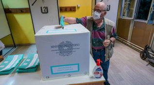 Aperti in tutta Italia i seggi per le elezioni regionali e il referendum