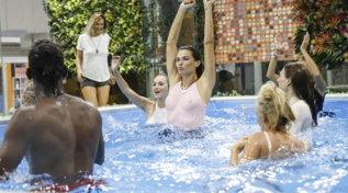 """Al """"Grande Fratello Vip"""" ci si diverte, tra canti, balli e tuffi hot in piscina"""