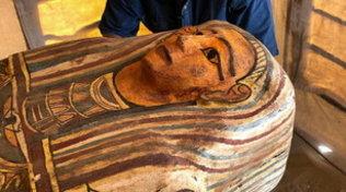 Egitto, archeologi trovano 27 sarcofagi intatti risalenti a 2.500 anni fa