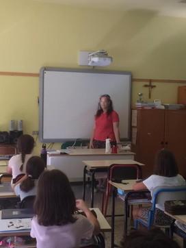 Maestre con la visiera per comunicare meglio con gli alunni: la donazione dei dentisti di Varese
