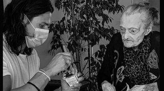 Luca Onestinisi prende cura della nonna di 100 anni e commuove il web