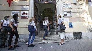 Ritorno a scuola, il primo bilancio: banchi monoposto (quasi) per tutti, rischio assembramenti e nuovi divieti