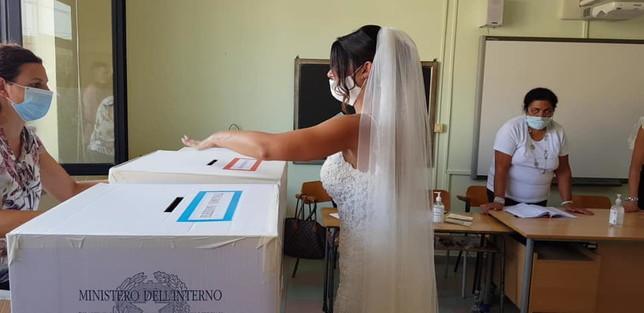 Salerno, al seggio in abito bianco: sposa va a votare subito dopo le nozze