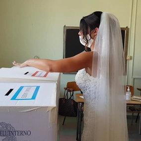Al seggio in abito bianco: sposa va a votare subito dopo le nozze