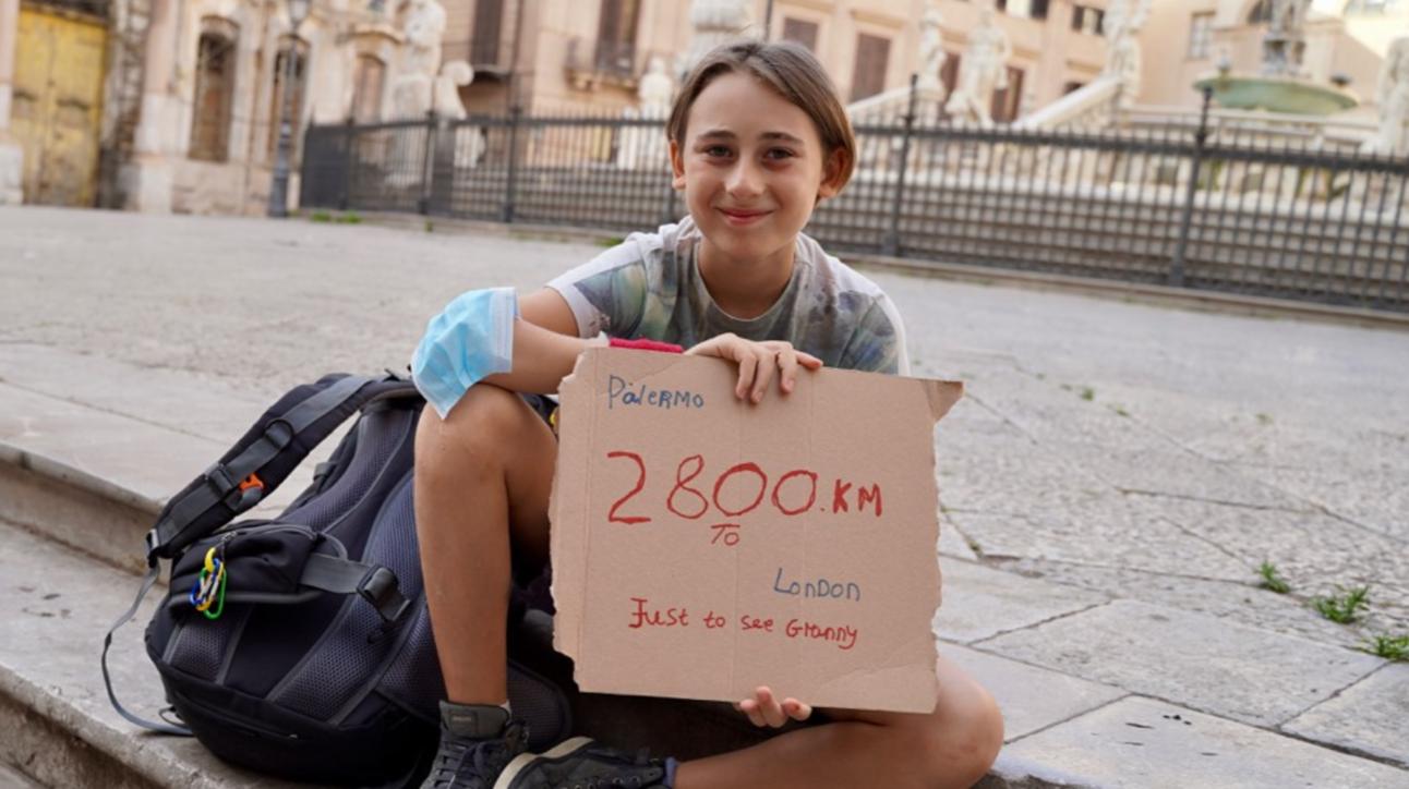 L'impresa di Romeo Cox: da Palermo a Londra a piedi per rivedere la nonna