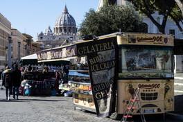 Roma, corruzione nel commercio ambulante: arrestate 18 persone