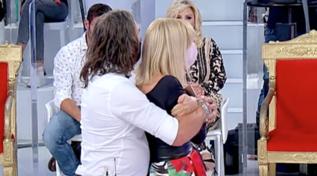 """""""Mi ha presa da dietro"""", Gemma descrive il massaggio di Paolo"""