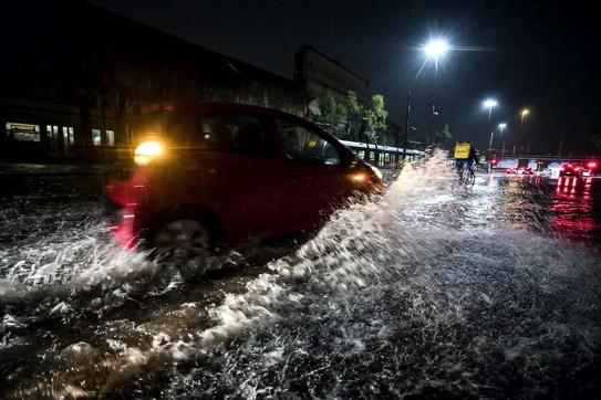 Maltempo, violento nubifragio a Roma: strade allagate e traffico in tilt