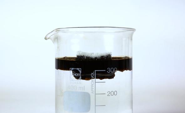 Assorbe il petrolio e depura le acque: il successo della super spugna da Brescia alle Canarie