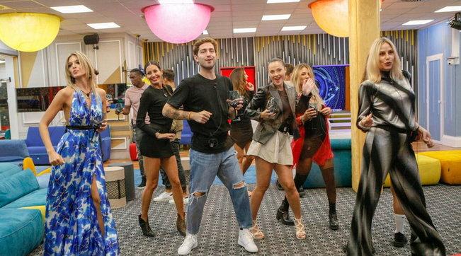 La Casa del GfVip si trasforma in una discoteca tra balli scatenati e risate