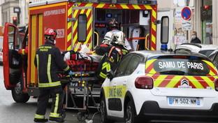 Parigi, quattro persone accoltellate vicino all'ex sede di Charlie Hebdo: aggressori in fuga