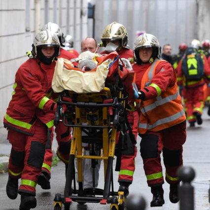 Parigi, due persone ferite con una mannaia nei pressi dell'ex quartier generale di Charlie Hebdo: 7 detenuti, confessa un sospetto