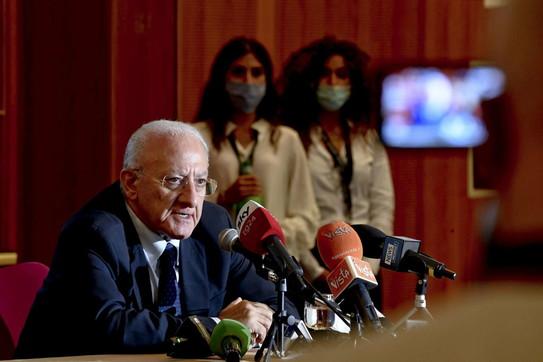In Campania scattato l'obbligo di mascherine all'aperto