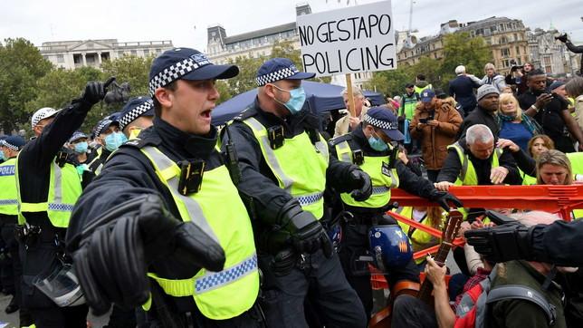Coronavirus, in migliaia protestano a Londra contro il lockdown: scontri con la polizia