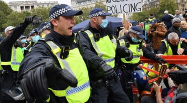 Tensione a Londra, scontri tra polizia e manifestanti anti-lockdown - Foto