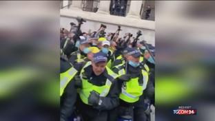 Londra, scontri tra manifestanti anti-lockdown e polizia