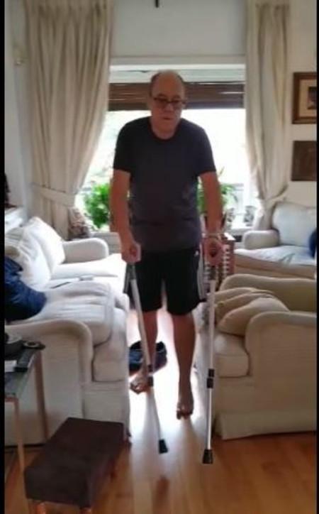 Carlo Verdone cammina con le stampelle
