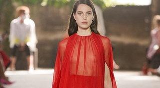 Fashion Week: Valentino si prende Milano con romanticismo e trasparenze