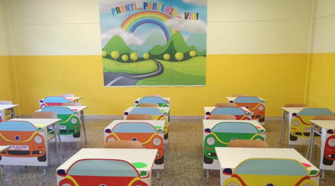 Taranto, originale rientro a scuola per i piccoli studenti: banchi trasformati in automobili