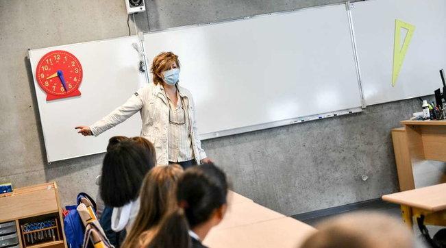 Prof senza mascherina in classe: la preside chiama i carabinieri