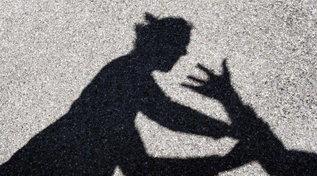 Cede cocaina a una 16enne e poi la violenta: arrestato un 25enne nigeriano