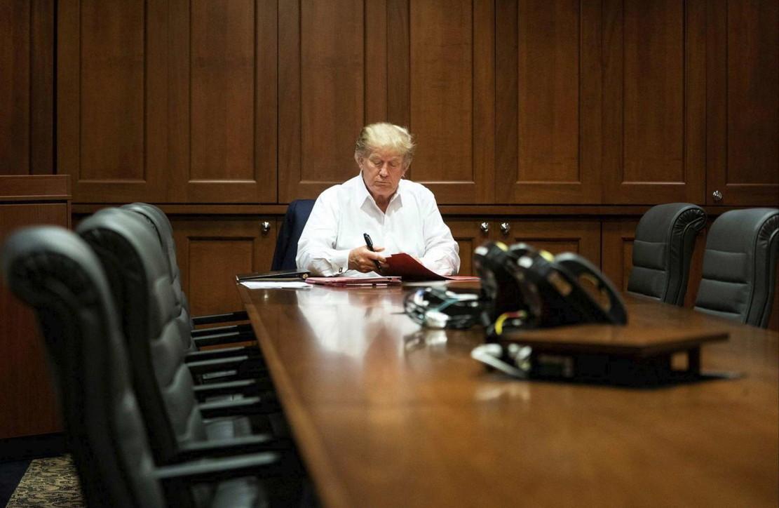 La Casa Bianca diffonde foto di Trump al lavoro in ospedale