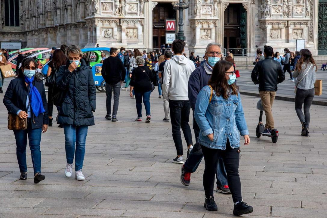 Milano, in centro domina la mascherina sul volto